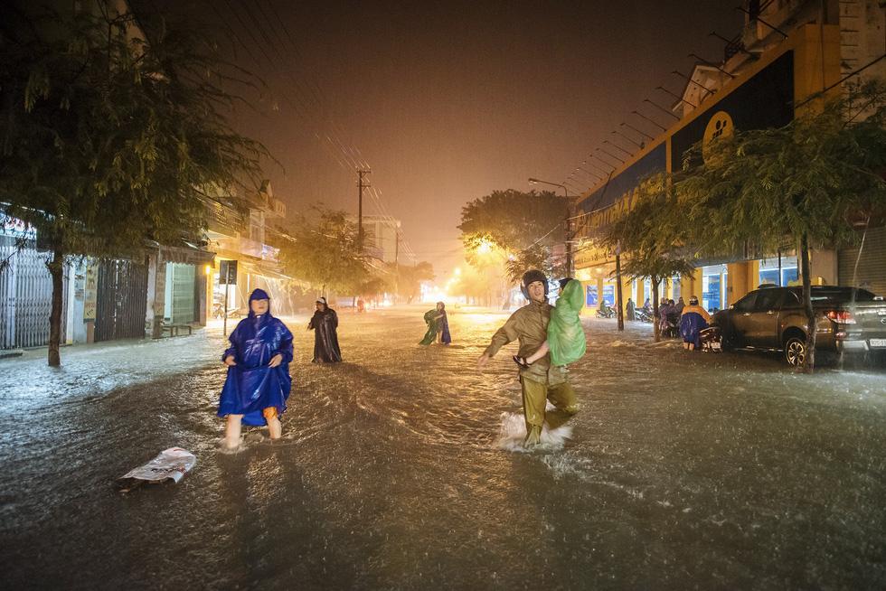 Nước mưa ngập sâu, dân Tam Kỳ di dời ngay trong đêm - Ảnh 1.