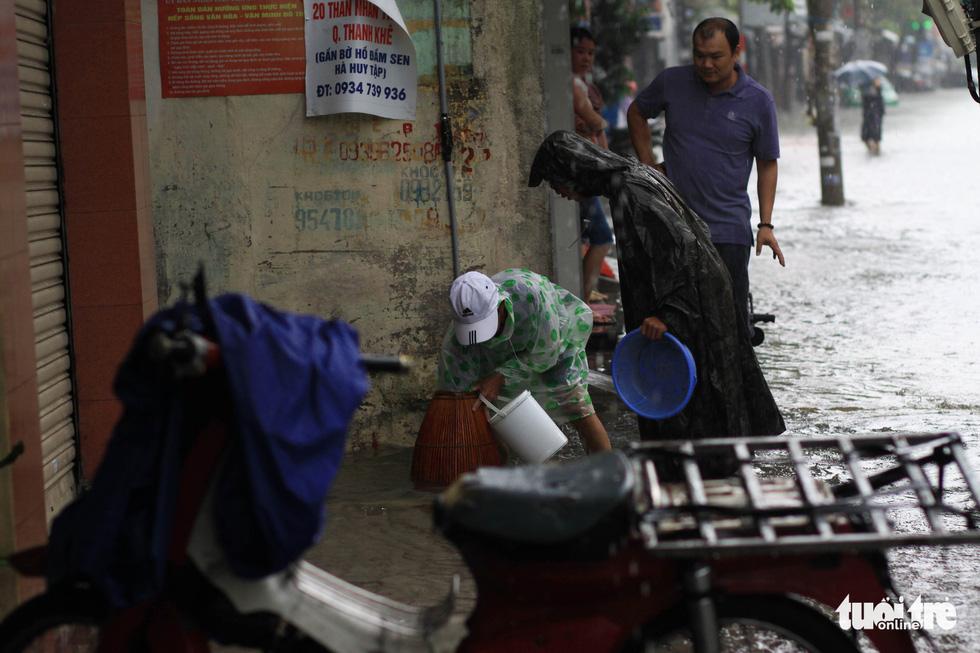 Sau mưa, dân Đà Nẵng nô nức ra đường bắt cá - Ảnh 1.