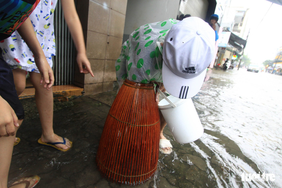 Sau mưa, dân Đà Nẵng nô nức ra đường bắt cá - Ảnh 6.