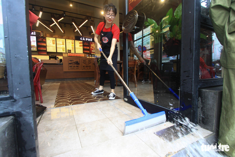 Nhiều cửa hàng tại Đà Nẵng tê liệt vì ngập nước - Ảnh 7.