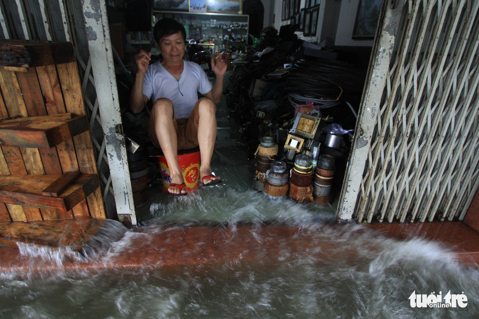 Nhiều cửa hàng tại Đà Nẵng tê liệt vì ngập nước - Ảnh 4.
