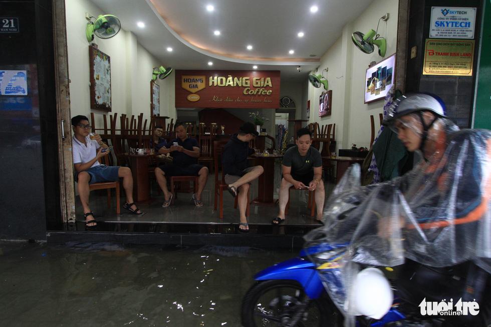 Nhiều cửa hàng tại Đà Nẵng tê liệt vì ngập nước - Ảnh 8.
