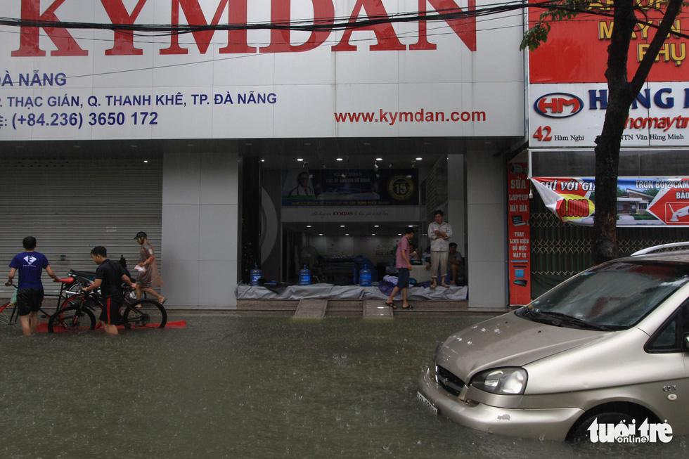 Nhiều cửa hàng tại Đà Nẵng tê liệt vì ngập nước - Ảnh 3.