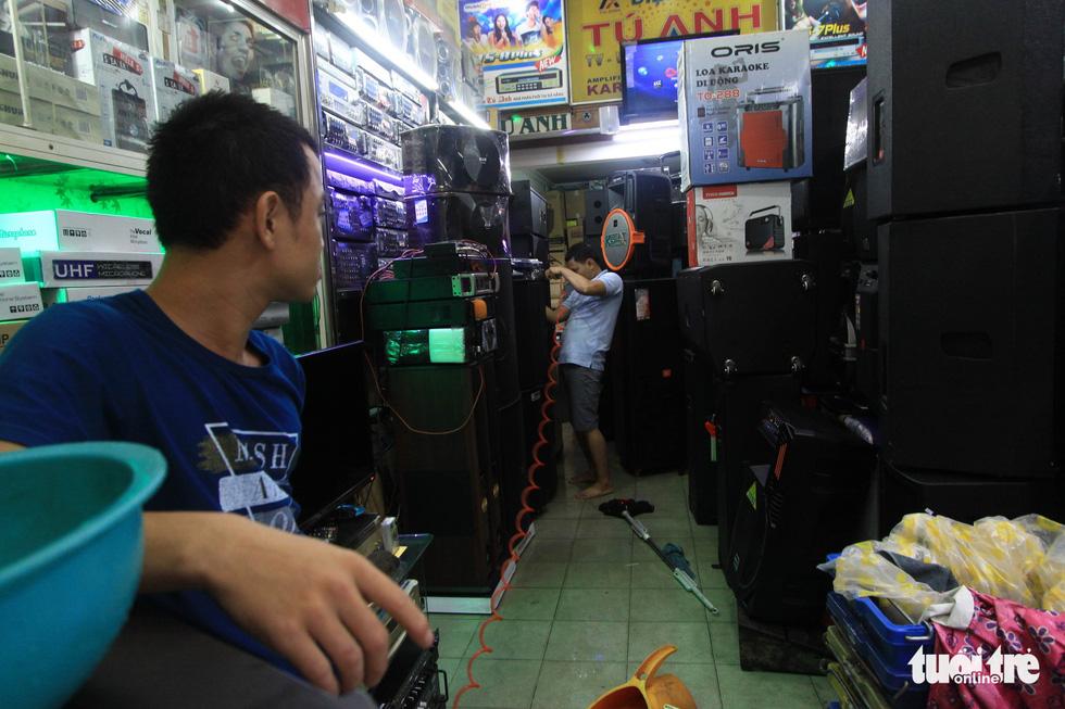 Nhiều cửa hàng tại Đà Nẵng tê liệt vì ngập nước - Ảnh 6.