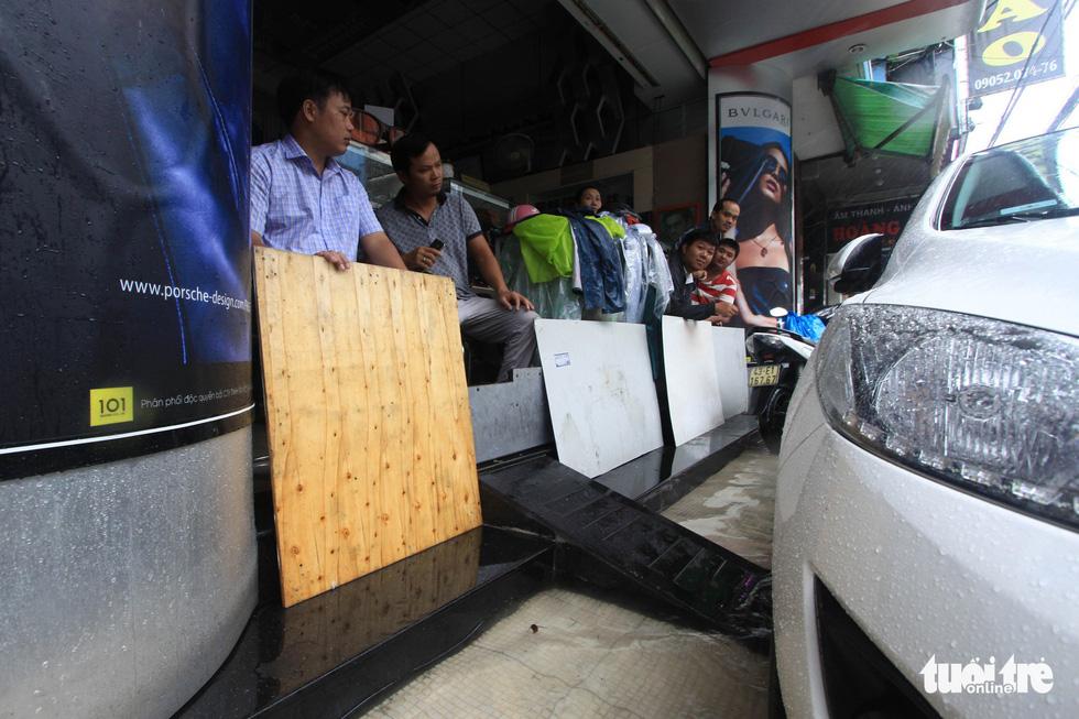 Nhiều cửa hàng tại Đà Nẵng tê liệt vì ngập nước - Ảnh 5.