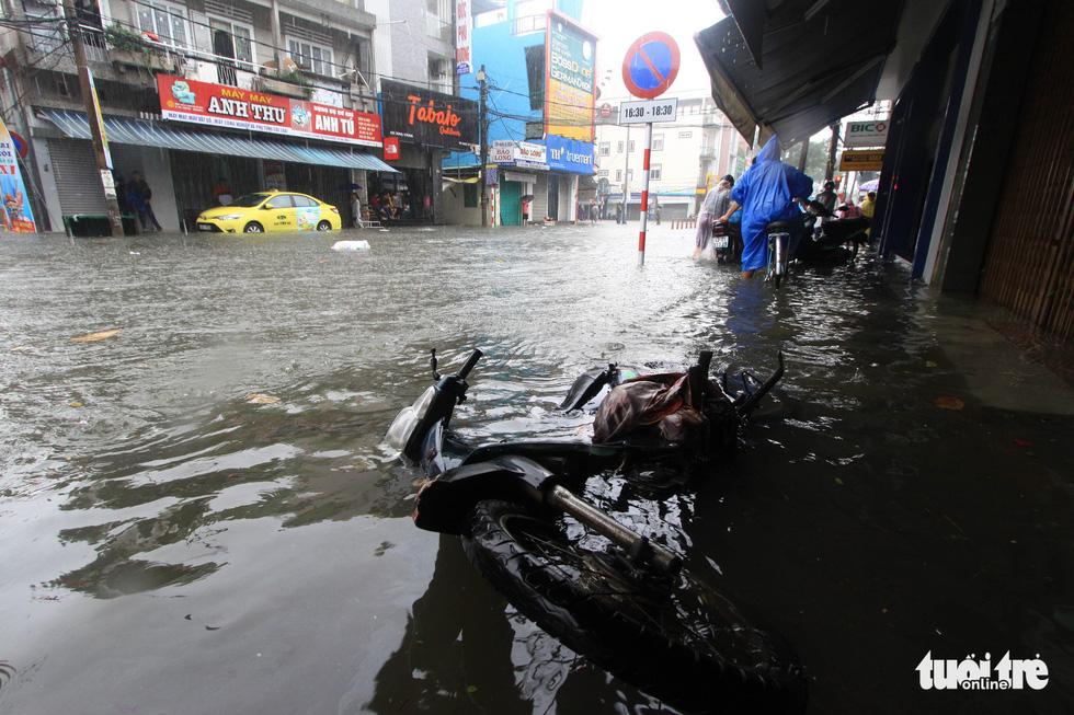 Nhiều cửa hàng tại Đà Nẵng tê liệt vì ngập nước - Ảnh 2.