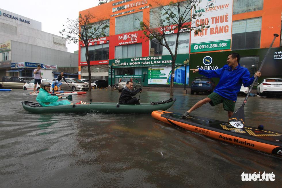 Bi hài cảnh giới trẻ đua thuyền kayak trên phố Đà Nẵng - Ảnh 2.