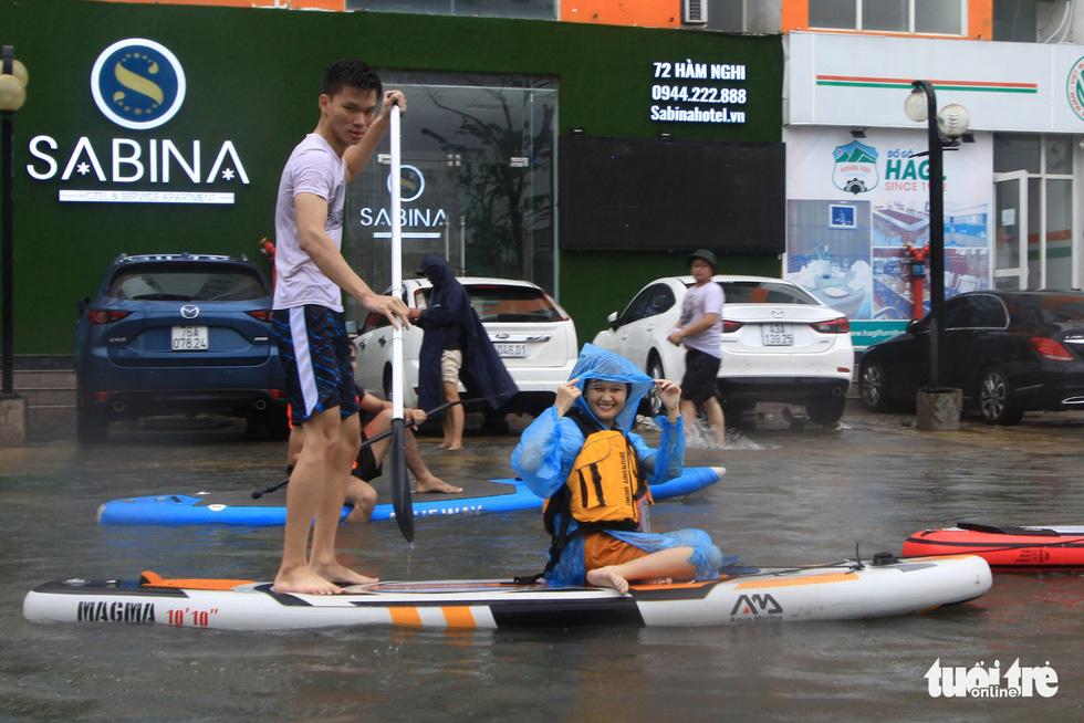 Bi hài cảnh giới trẻ đua thuyền kayak trên phố Đà Nẵng - Ảnh 4.