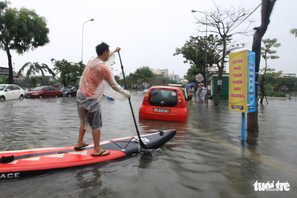 Bi hài cảnh giới trẻ đua thuyền kayak trên phố Đà Nẵng - Ảnh 6.