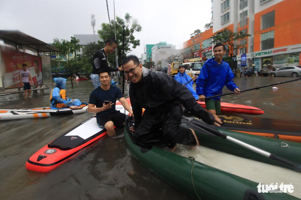 Bi hài cảnh giới trẻ đua thuyền kayak trên phố Đà Nẵng - Ảnh 5.