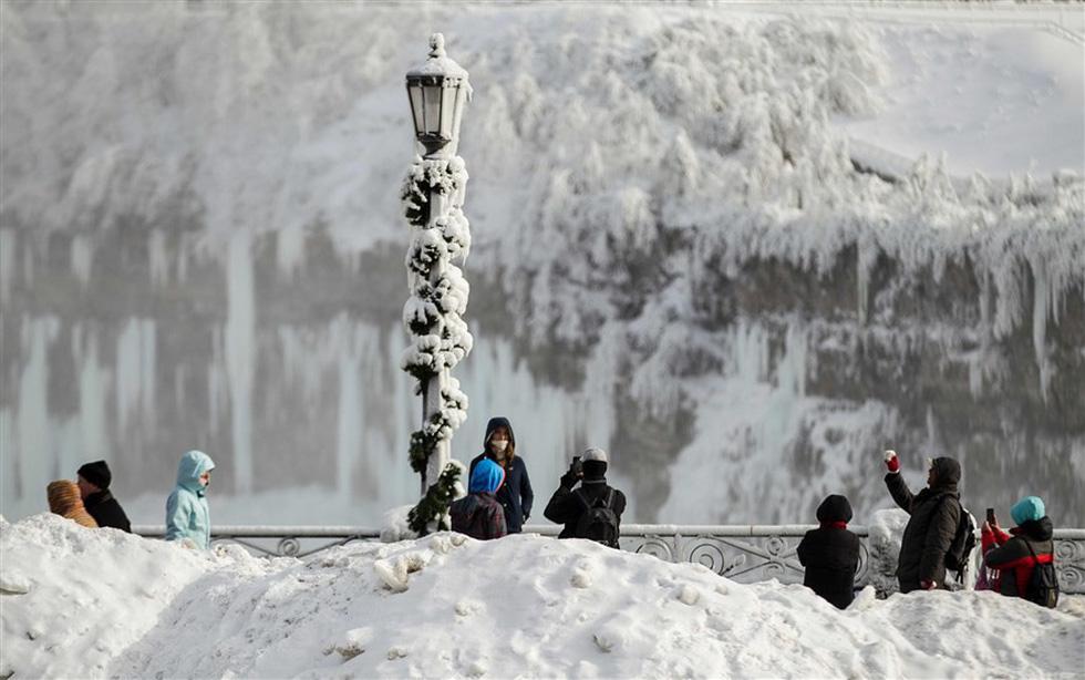 Du khách ngắm thác Niagara trong băng giá - Ảnh 15.