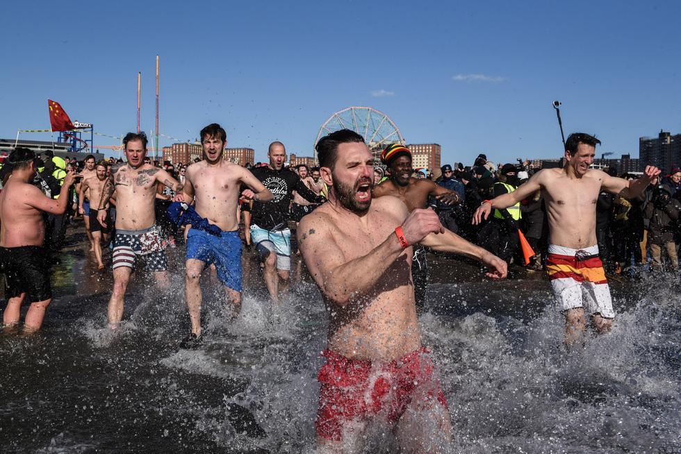 Bơi trong nước lạnh mừng năm mới ở khắp nơi - Ảnh 17.