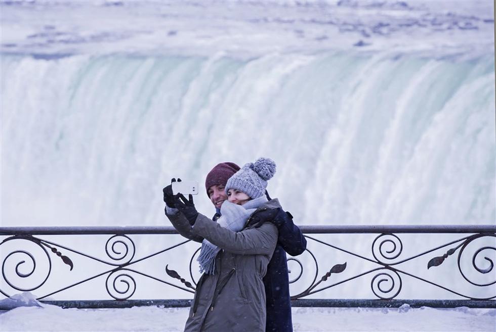 Du khách ngắm thác Niagara trong băng giá - Ảnh 17.