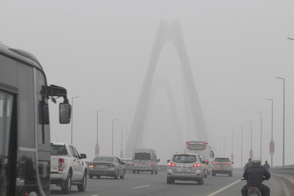 Đến gần trưa, Hà Nội vẫn chìm trong sương mù - Ảnh 2.
