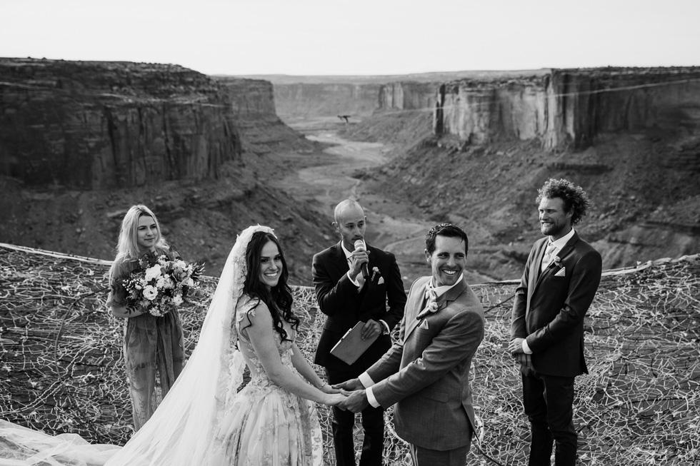 Chú rể trao nhẫn cưới cho cô dâu giữa vực sâu - Ảnh 4.