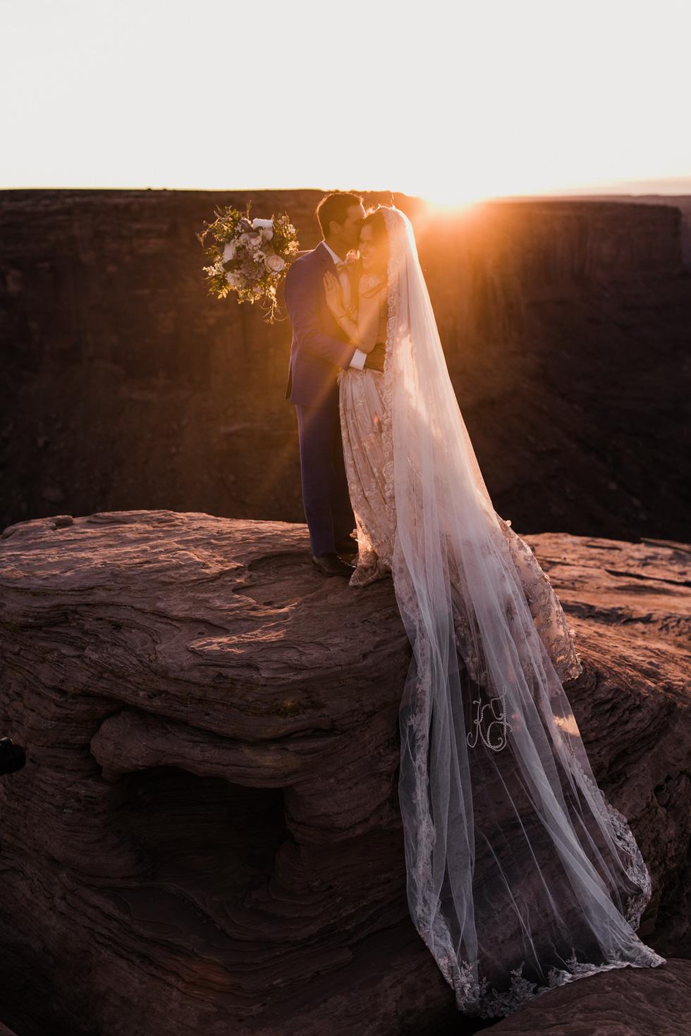 Chú rể trao nhẫn cưới cho cô dâu giữa vực sâu - Ảnh 15.