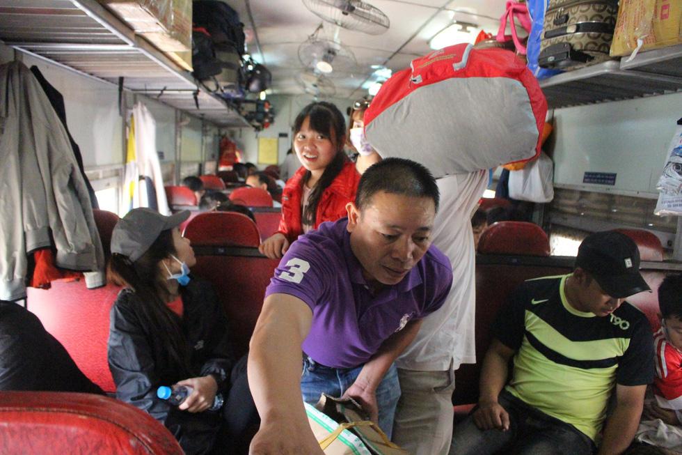 Kinh hoàng tàu tết: hành khách chen chúc, chui gầm ghế để ngủ - Ảnh 10.