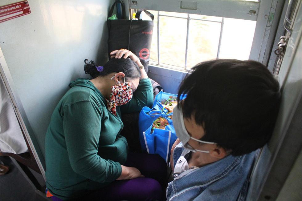 Kinh hoàng tàu tết: hành khách chen chúc, chui gầm ghế để ngủ - Ảnh 4.
