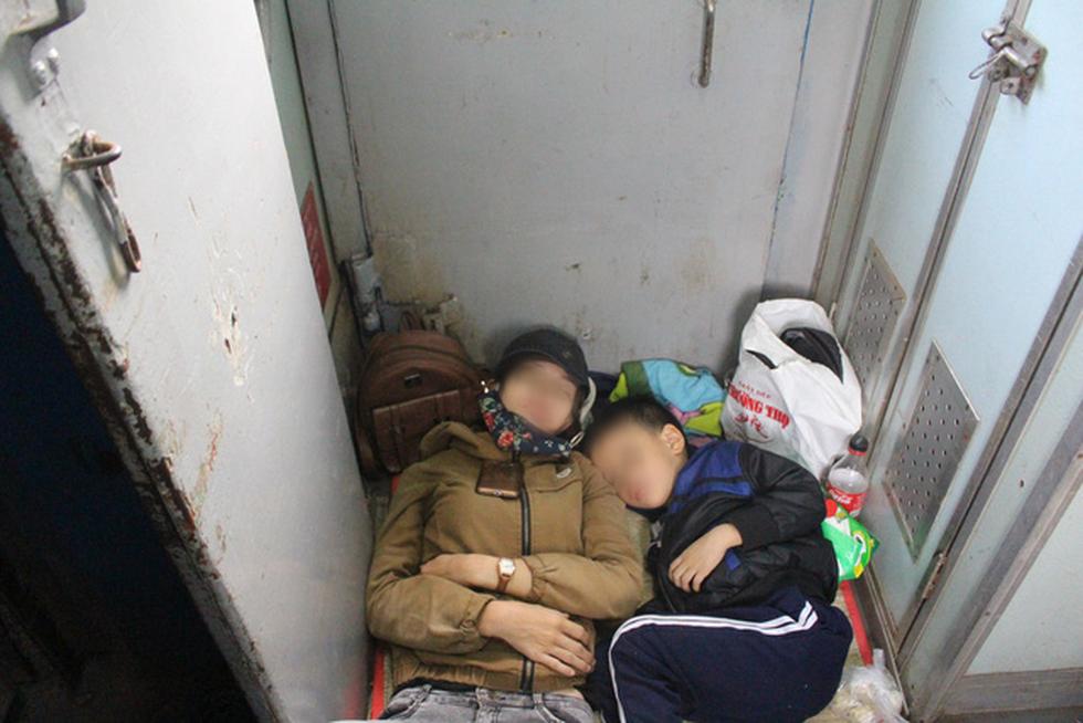 Kinh hoàng tàu tết: hành khách chen chúc, chui gầm ghế để ngủ - Ảnh 3.