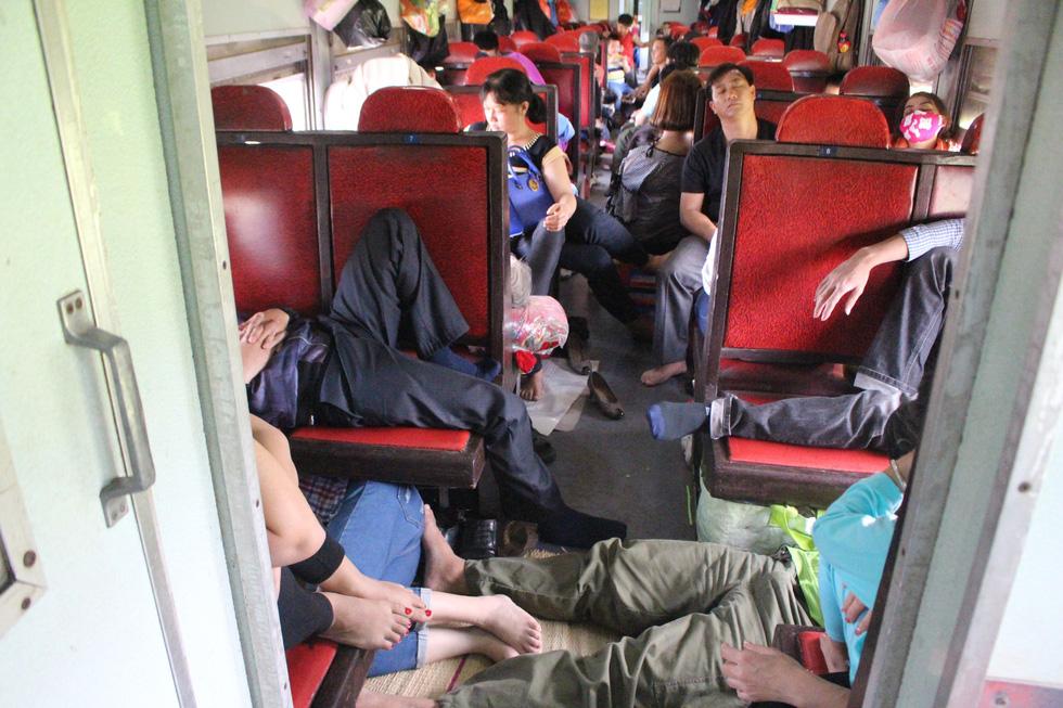 Kinh hoàng tàu tết: hành khách chen chúc, chui gầm ghế để ngủ - Ảnh 11.