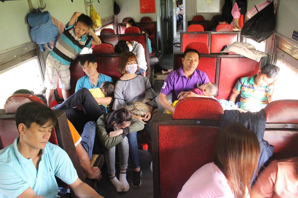 Kinh hoàng tàu tết: hành khách chen chúc, chui gầm ghế để ngủ - Ảnh 6.