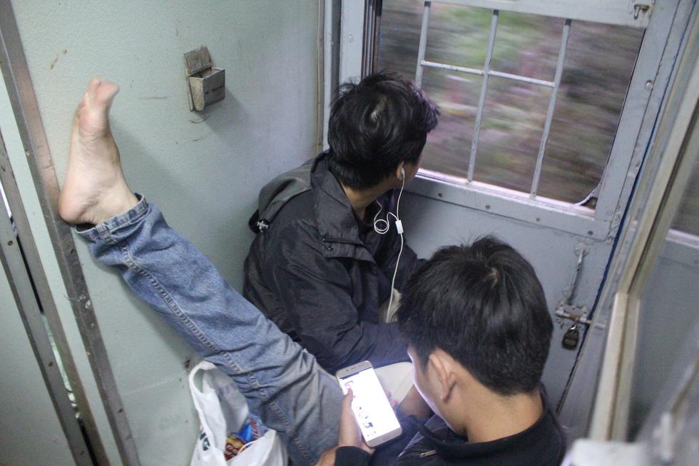 Kinh hoàng tàu tết: hành khách chen chúc, chui gầm ghế để ngủ - Ảnh 5.