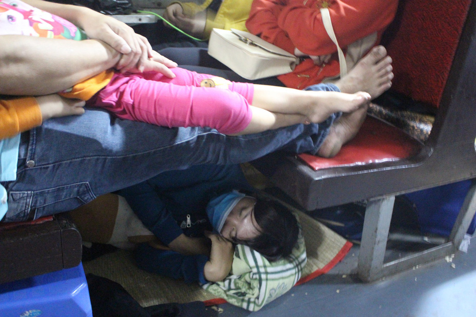 Kinh hoàng tàu tết: hành khách chen chúc, chui gầm ghế để ngủ - Ảnh 1.