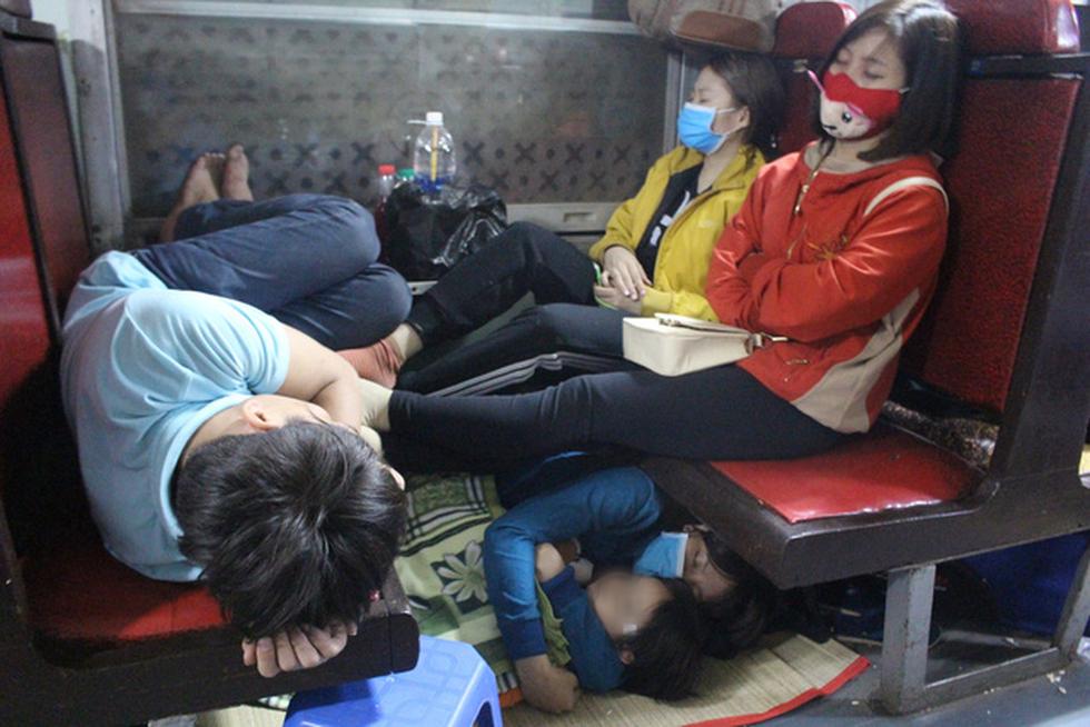 Kinh hoàng tàu tết: hành khách chen chúc, chui gầm ghế để ngủ - Ảnh 7.