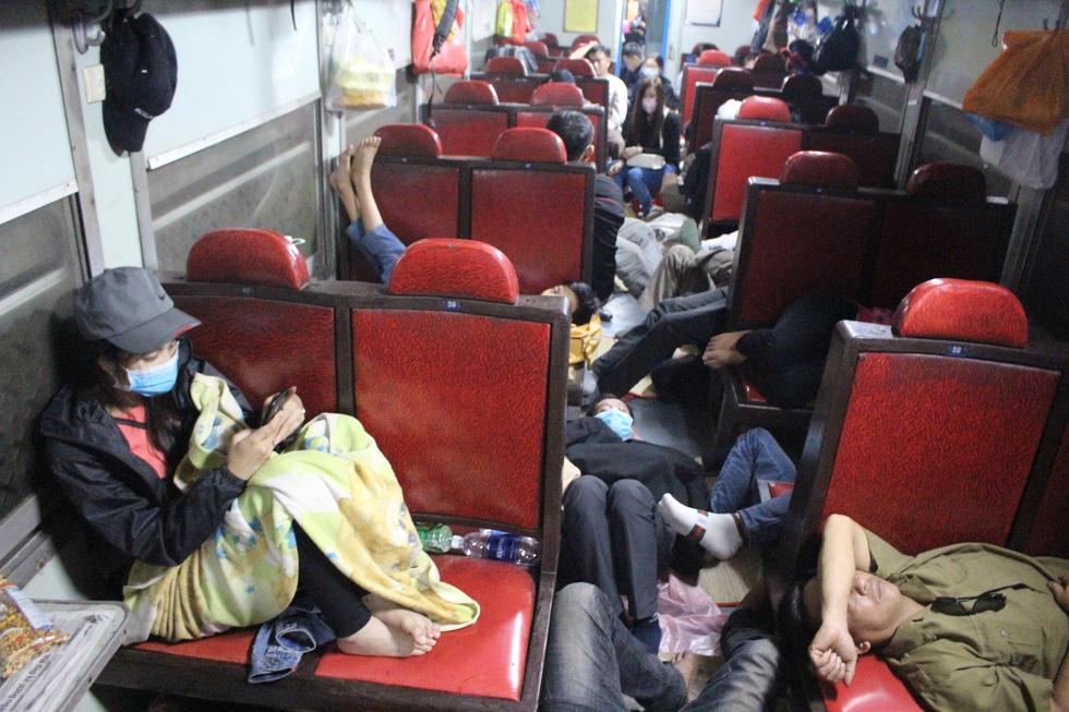 Kinh hoàng tàu tết: hành khách chen chúc, chui gầm ghế để ngủ - Ảnh 2.