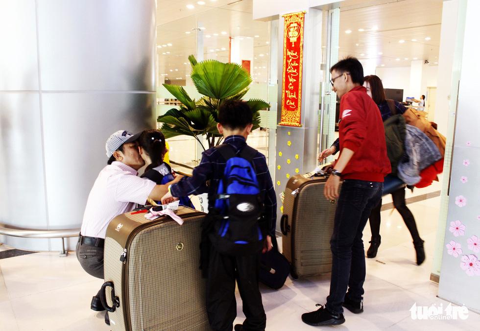 Đón dâu miền Tây từ Đài Loan về ăn tết ở sân bay Cần Thơ - Ảnh 9.