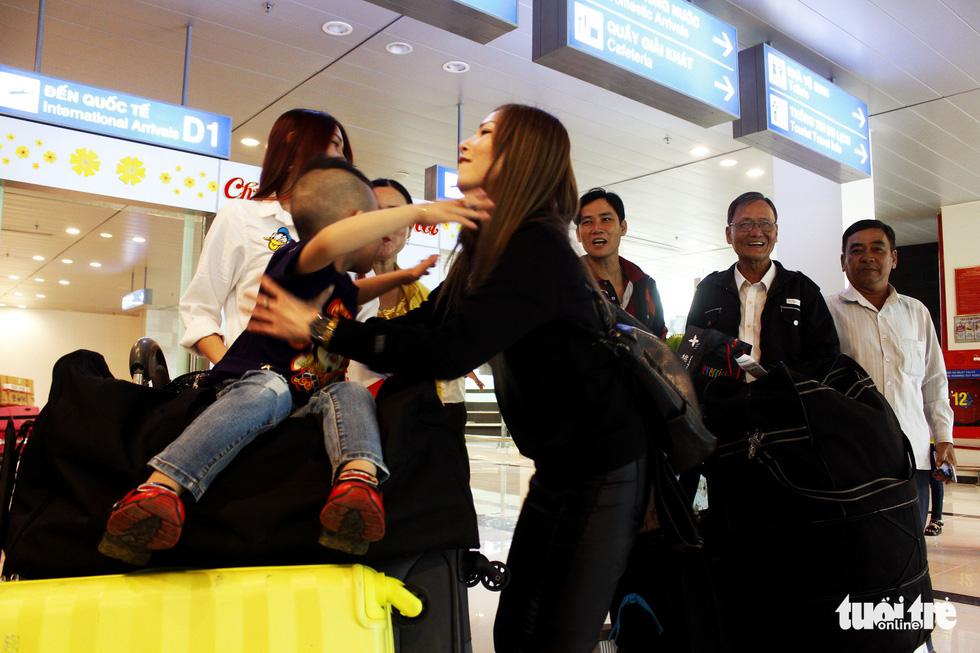 Đón dâu miền Tây từ Đài Loan về ăn tết ở sân bay Cần Thơ - Ảnh 10.