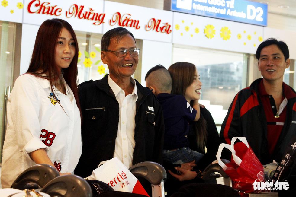 Đón dâu miền Tây từ Đài Loan về ăn tết ở sân bay Cần Thơ - Ảnh 11.