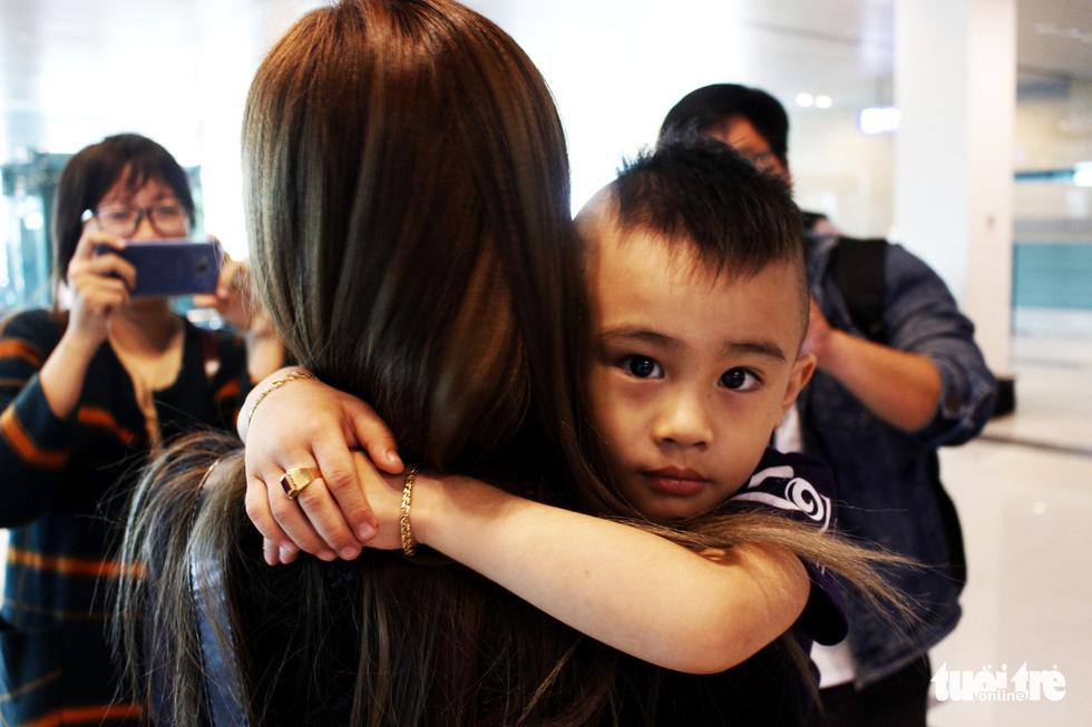 Đón dâu miền Tây từ Đài Loan về ăn tết ở sân bay Cần Thơ - Ảnh 12.