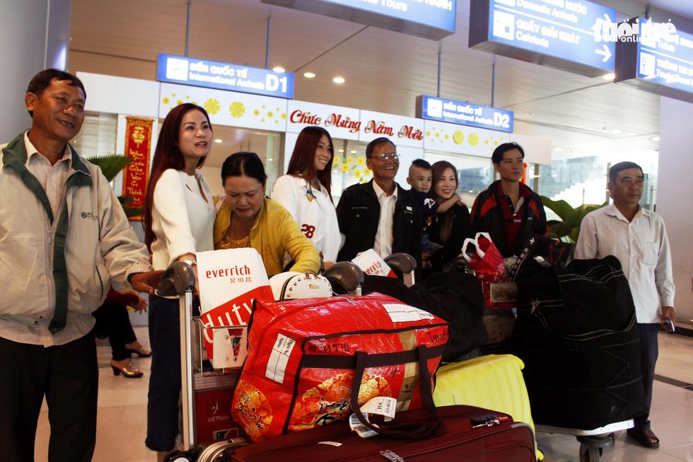 Đón dâu miền Tây từ Đài Loan về ăn tết ở sân bay Cần Thơ - Ảnh 1.