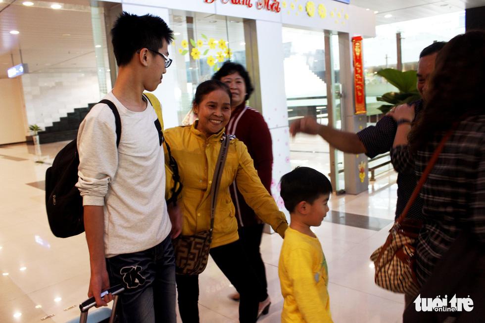 Đón dâu miền Tây từ Đài Loan về ăn tết ở sân bay Cần Thơ - Ảnh 13.