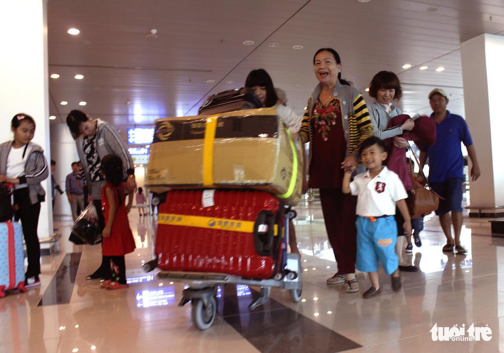 Đón dâu miền Tây từ Đài Loan về ăn tết ở sân bay Cần Thơ - Ảnh 14.