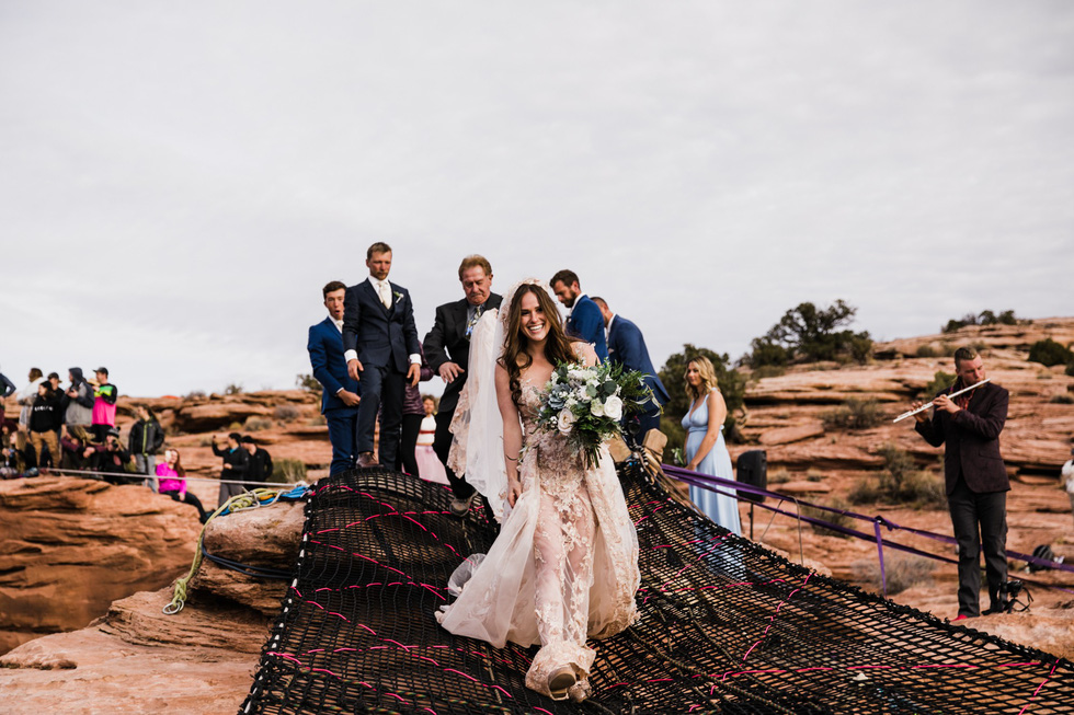 Chú rể trao nhẫn cưới cho cô dâu giữa vực sâu - Ảnh 7.