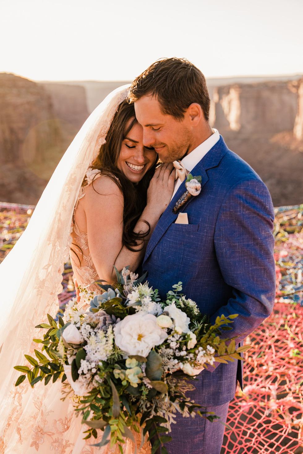 Chú rể trao nhẫn cưới cho cô dâu giữa vực sâu - Ảnh 14.
