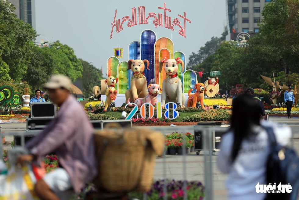 Chó Phú Quốc nổi bật ở đường hoa Nguyễn Huệ - Ảnh 3.