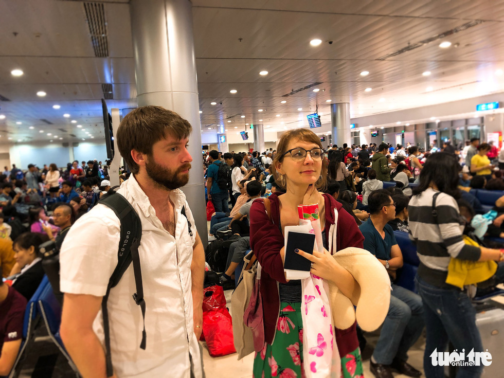 Máy bay liên tục trễ chuyến, hàng nghìn khách vạ vật ở Tân Sơn Nhất - Ảnh 5.