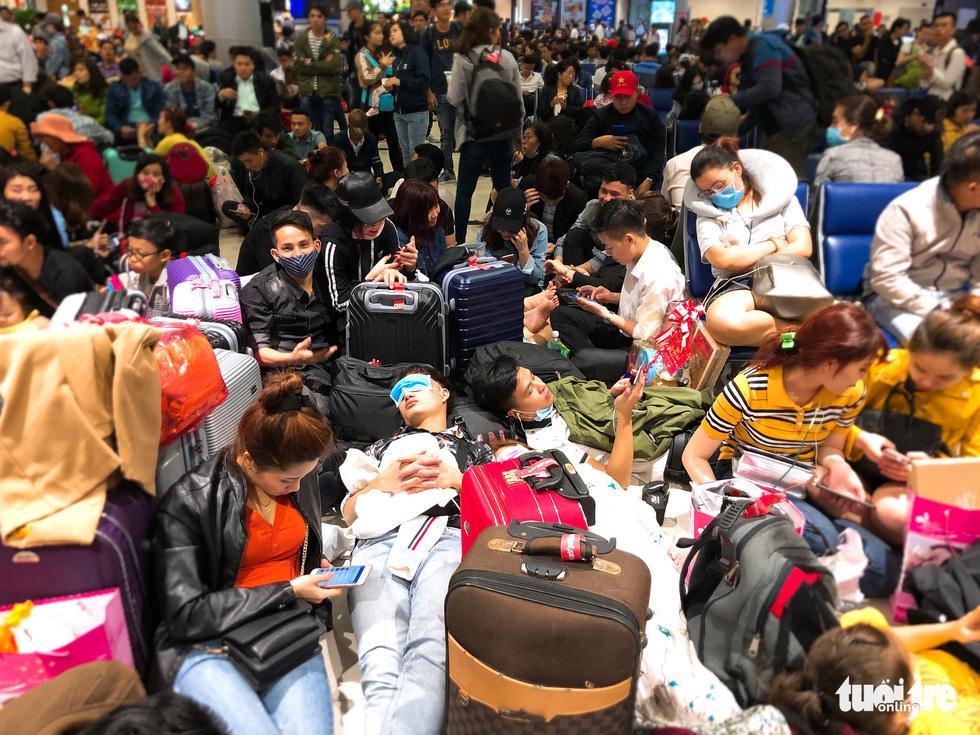 Máy bay liên tục trễ chuyến, hàng nghìn khách vạ vật ở Tân Sơn Nhất - Ảnh 1.