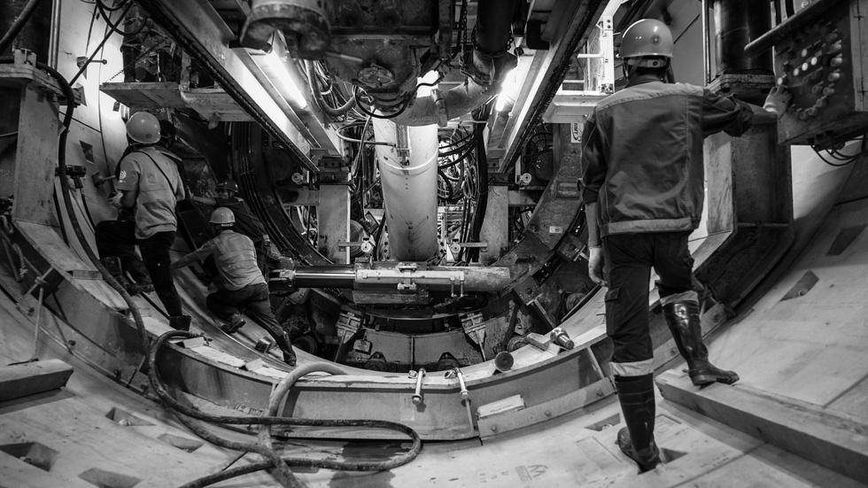 Chui xuống đất cùng chú robot khoan hầm metro TP.HCM - Ảnh 1.