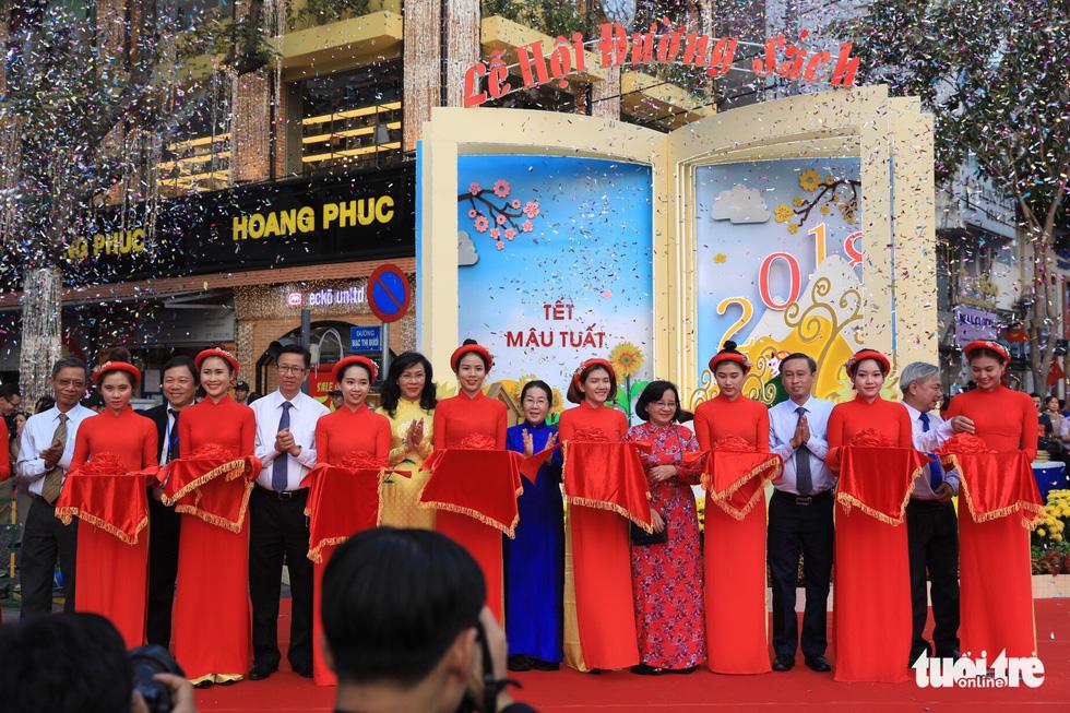 Khai mạc lễ hội đường sách Tết Mậu Tuất - Ảnh 3.