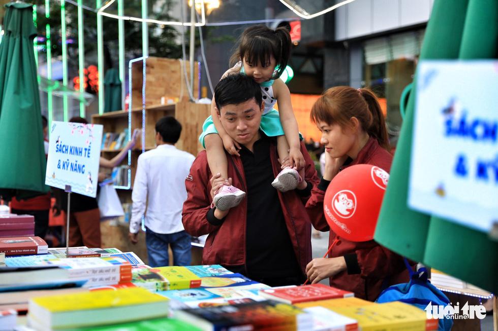 Khai mạc lễ hội đường sách Tết Mậu Tuất - Ảnh 6.