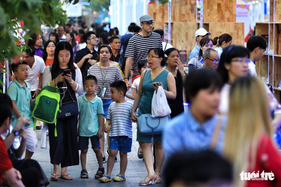 Khai mạc lễ hội đường sách Tết Mậu Tuất - Ảnh 7.
