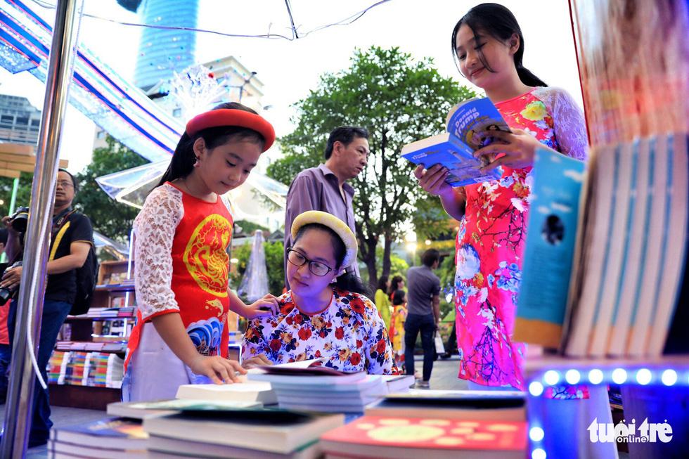 Khai mạc lễ hội đường sách Tết Mậu Tuất - Ảnh 8.