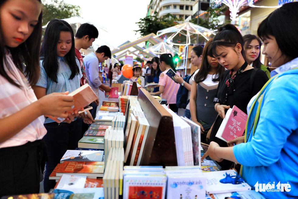 Khai mạc lễ hội đường sách Tết Mậu Tuất - Ảnh 1.