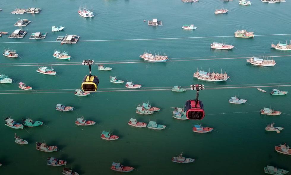 Du khách đi cáp treo Hòn Thơm ngắm Phú Quốc tuyệt đẹp - Ảnh 2. du khách đi cáp treo hòn thơm ngắm phú quốc tuyệt đẹp Du khách đi cáp treo Hòn Thơm ngắm Phú Quốc tuyệt đẹp cap treo phu quoc 15191295242221206410432