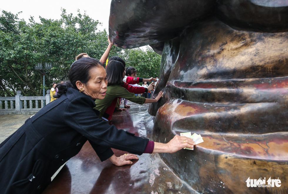 Vất vả nhặt tiền lẻ du khách đặt vào ban thờ Phật chùa Bái Đính - Ảnh 11.