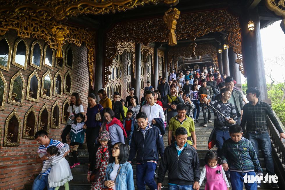 Vất vả nhặt tiền lẻ du khách đặt vào ban thờ Phật chùa Bái Đính - Ảnh 5.